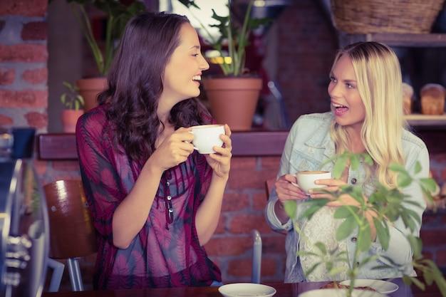 Amigas tomando un café en la cafetería
