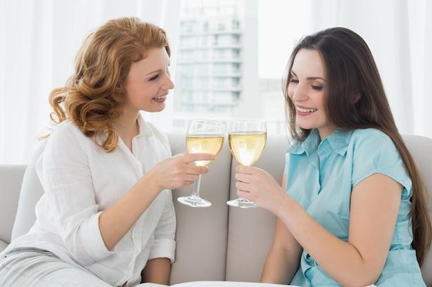 Amigas tostar copas de vino en casa