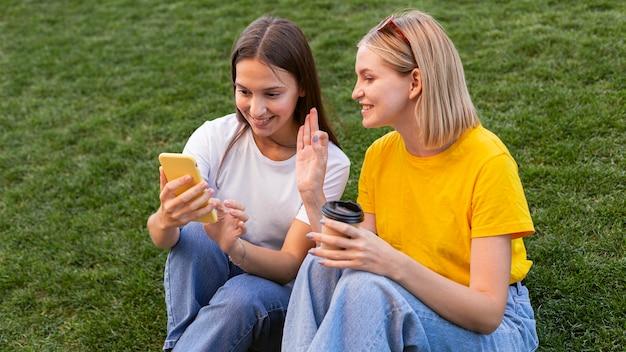 Amigas usando lenguaje de señas fuera