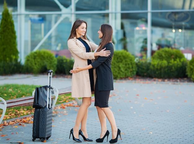 Amigo bienvenido de vuelta abrazando el aeropuerto.