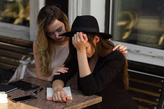 Un amigo calma a un amigo angustiado debido a un revés reciente