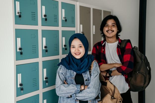 Amigo estudiante musulmán asiático en el vestuario
