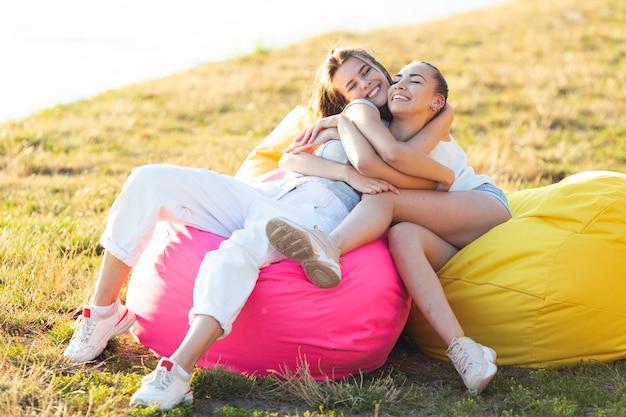Amigos abrazándose en un puff