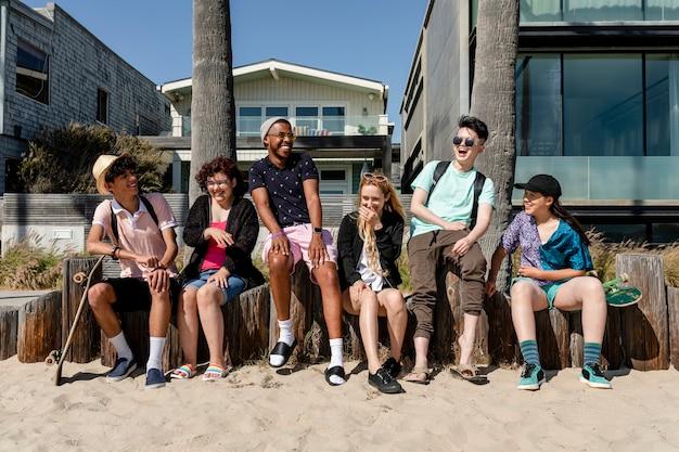 Amigos adolescentes disfrutando del verano en venice beach, los ángeles
