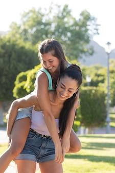 Amigos adolescentes divirtiéndose en el verano