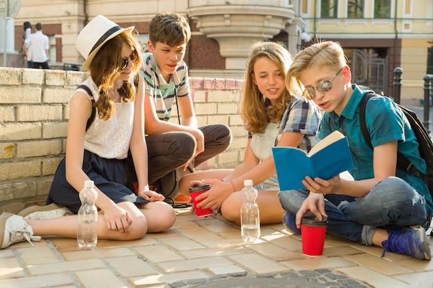 Amigos adolescentes felices o estudiantes de secundaria que leen libros