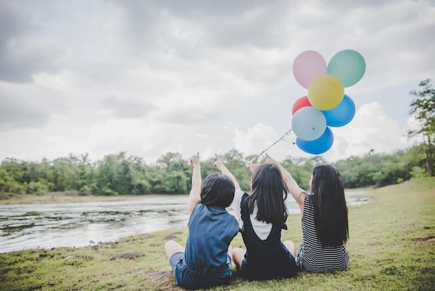 Amigos adolescentes felices sonriendo al aire libre en el parque