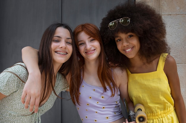 Amigos adolescentes pasar tiempo juntos
