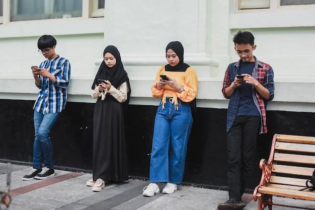 Amigos adolescentes viendo videos en teléfonos inteligentes