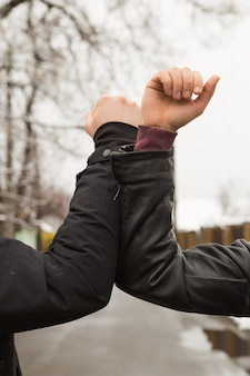 Amigos agitando los codos al aire libre. las personas saludan juntas por un nuevo estilo para prevenir el coronavirus. no te des la mano. estilo de saludo de codo.
