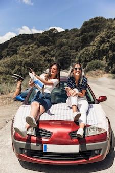 Amigos agradables que se burlan de un viaje de vacaciones