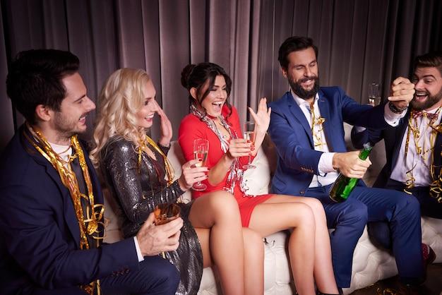 Amigos alegres celebrando un año nuevo en el club nocturno