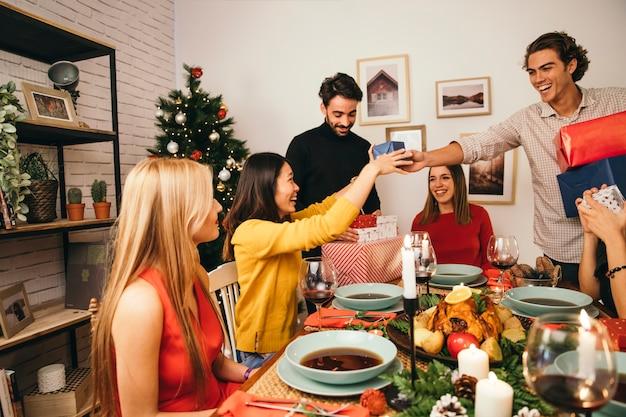 Amigos alegres en cena de navidad