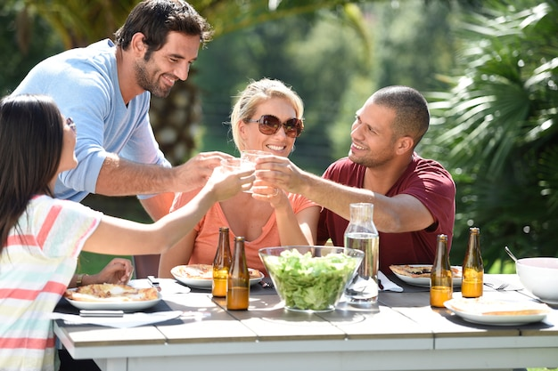 Amigos almorzando afuera en un día soleado