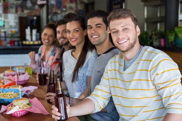 Amigos almorzando con cerveza en el restaurante