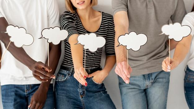 Amigos de alto ángulo con burbuja de chat
