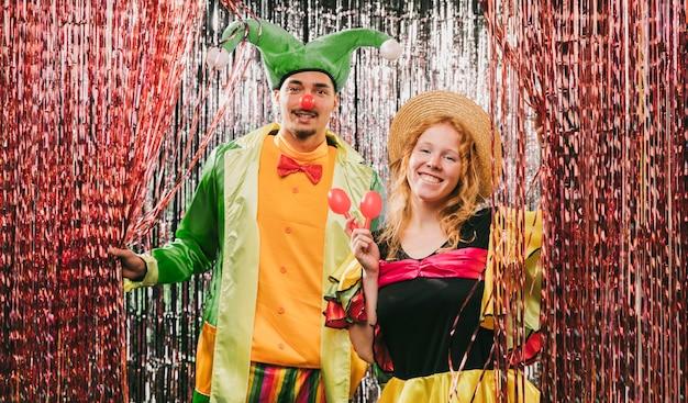 Amigos de ángulo bajo disfrazados en la fiesta de carnaval