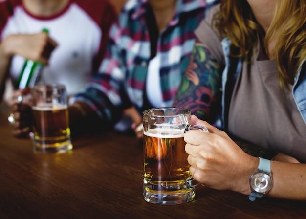 Amigos animando el deporte en el bar juntos