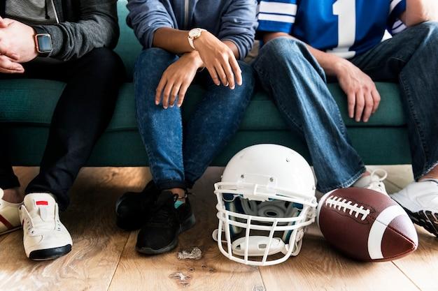 Amigos animando la liga deportiva juntos