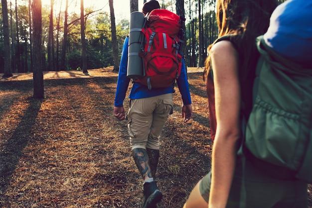 Amigos en una aventura de senderismo