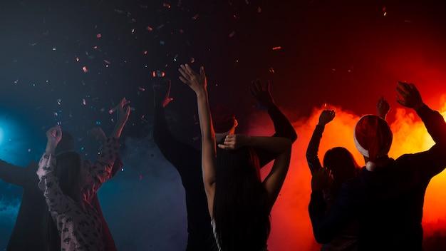 Amigos bailando juntos en la fiesta de año nuevo
