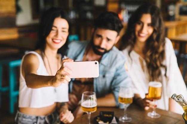 Amigos en bar posando para selfie