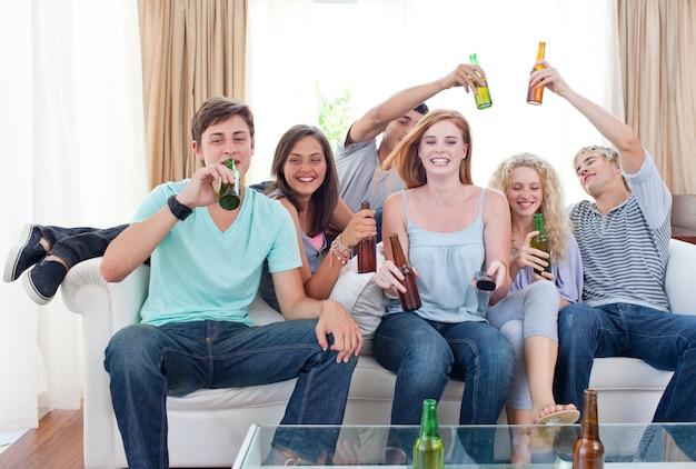 Amigos bebiendo cerveza en casa