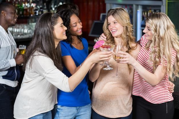 Amigos bebiendo cócteles juntos