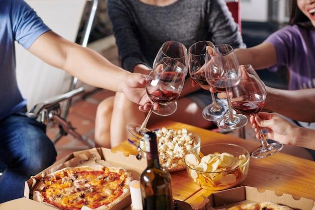 Amigos bebiendo vino en la fiesta