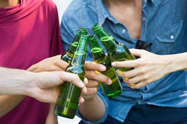 Amigos brindando con cerveza