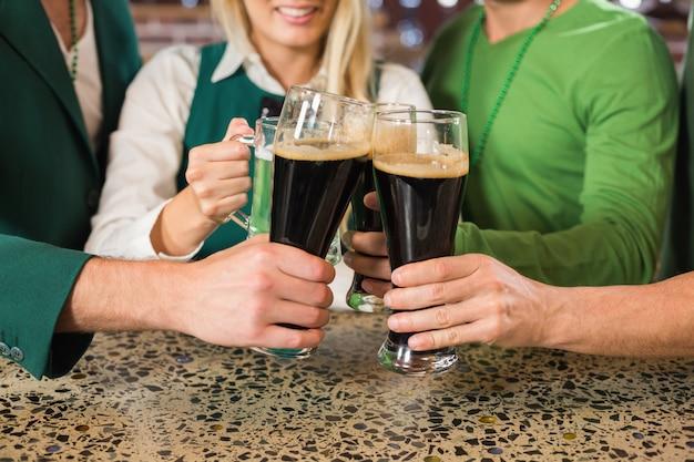 Amigos brindando con cervezas