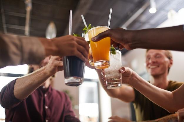 Amigos brindando con cócteles