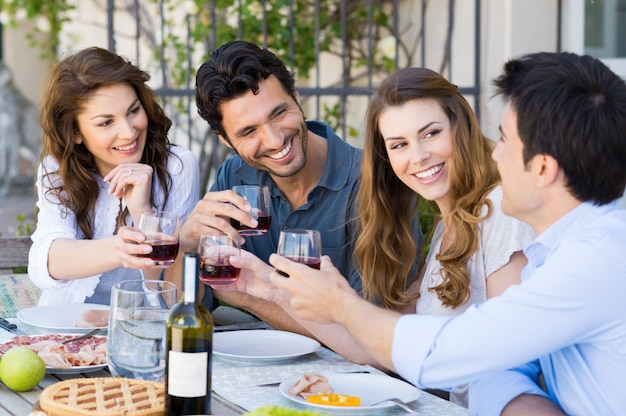 Amigos brindando copa de vino