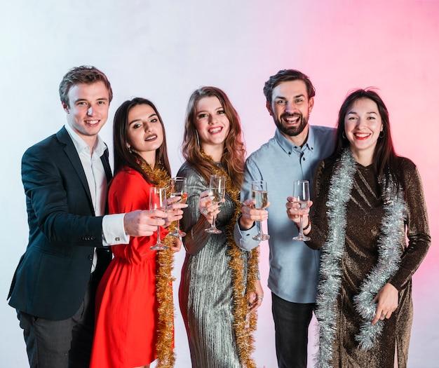 Amigos brindando en fiesta de año nuevo