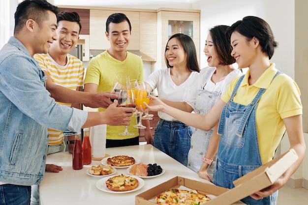 Amigos brindando en fiesta en casa