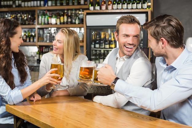 Amigos brindando mientras se miran