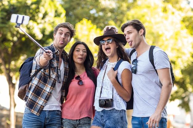 Amigos de la cadera que toman selfie al aire libre