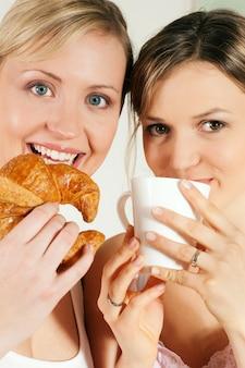Amigos con café y croissant