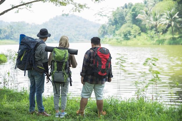Amigos caminando en actividades de verano al aire libre