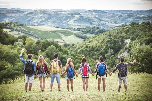 Amigos caminando al aire libre