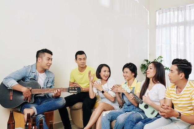 Amigos cantando juntos