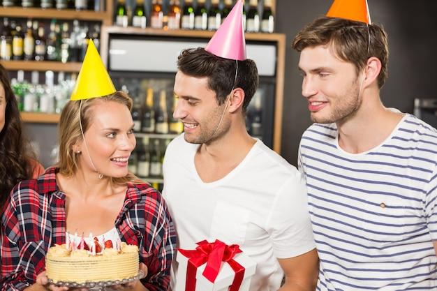 Amigos celebrando cumpleaños