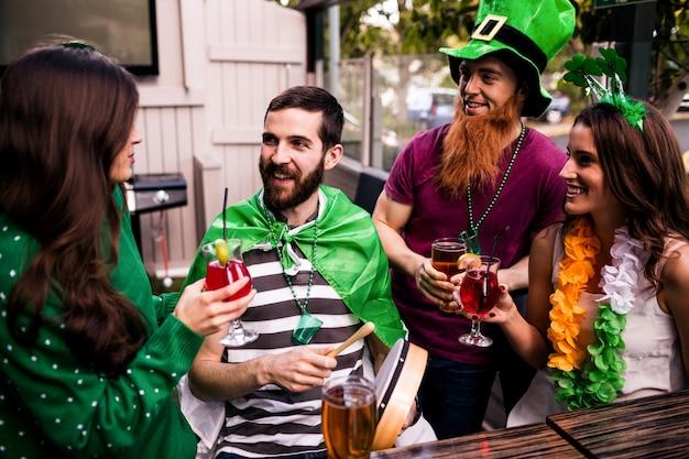 Amigos celebrando el día de san patricio