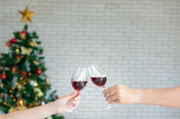Amigos celebrando la fiesta de navidad o nochevieja con champán