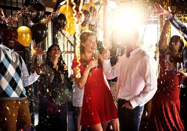 Amigos celebrando la víspera de año nuevo