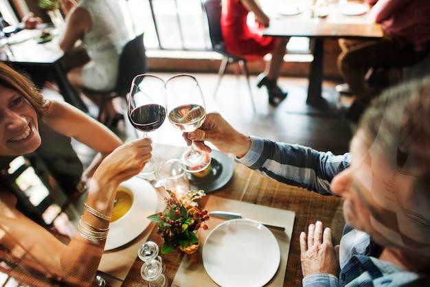 Amigos en una cena