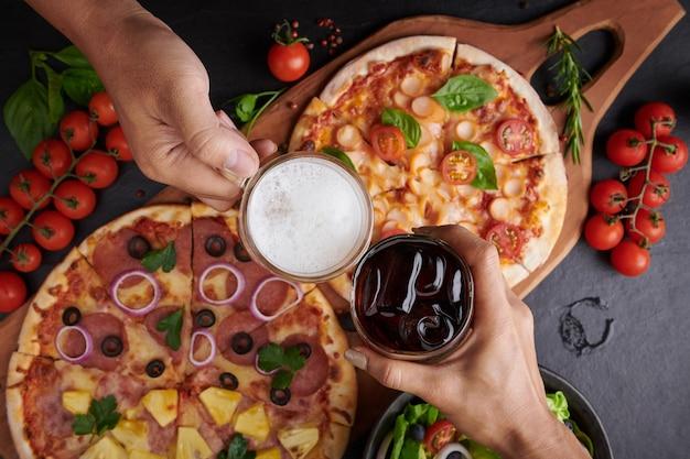 Amigos cenando pizza