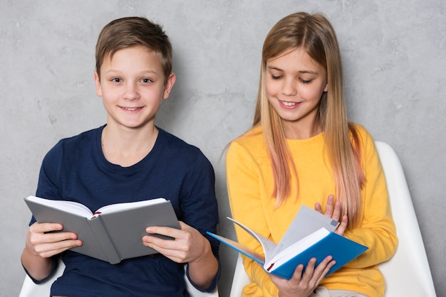 Amigos cercanos que leen juntos
