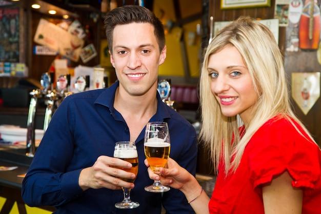 Amigos con cerveza en un pub