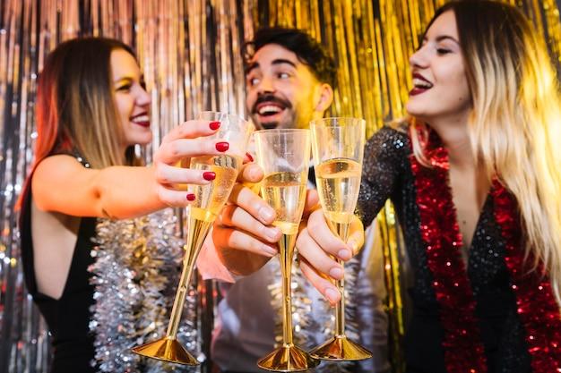 Amigos con champán en celebraciones de 2018